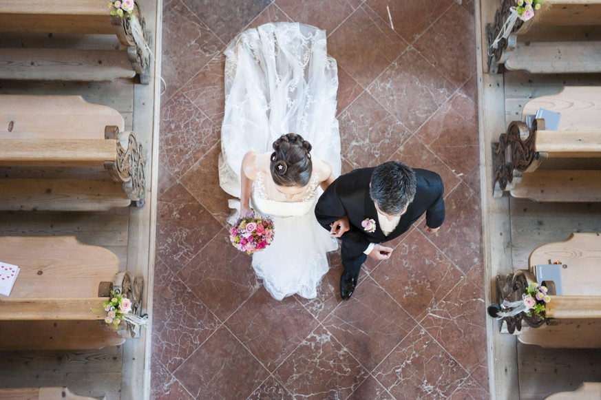 Newlywed couple walking on tiled floor in church model released Symbolfoto DIGF12433
