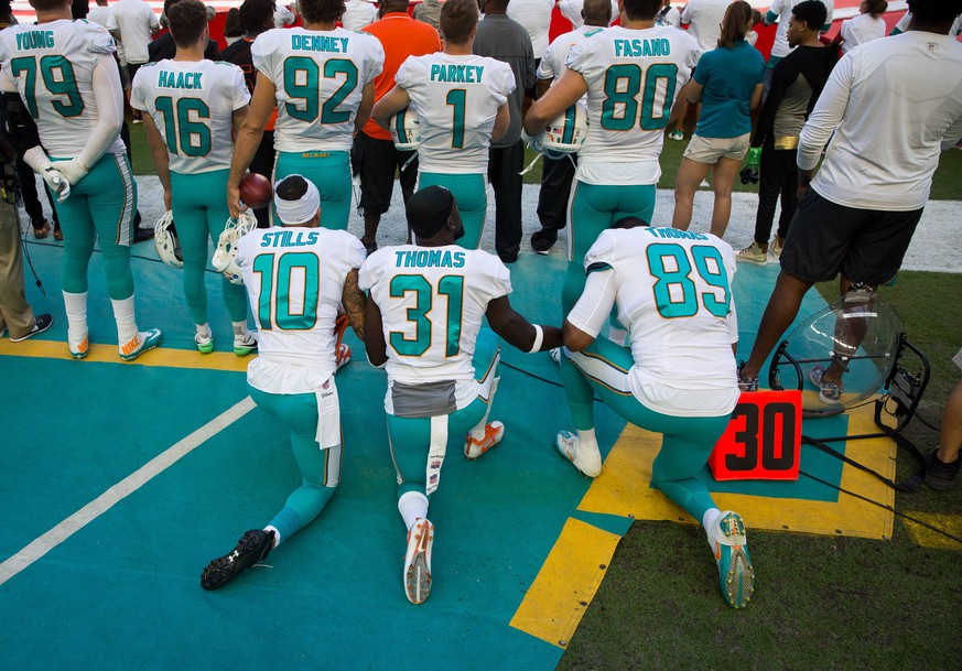 Bilder des Tages - SPORT November 19, 2017 - Florida, U.S. - LOREN ELLIOTT Times .Miami Dolphins wide receiver Kenny Stills (10), free safety Michael Thomas (31) and tight end Julius Thomas (89) kneel during the national anthem before an NFL American Football Herren USA game between the Tampa Bay Buccaneers and Miami Dolphins at Hard Rock Stadium in Miami Gardens, Fla., on Sunday, Nov. 19, 2017. Florida News - November 19, 2017 PUBLICATIONxINxGERxSUIxAUTxONLY - ZUMAs70_ 80905280st Copyright: xLorenxElliottx