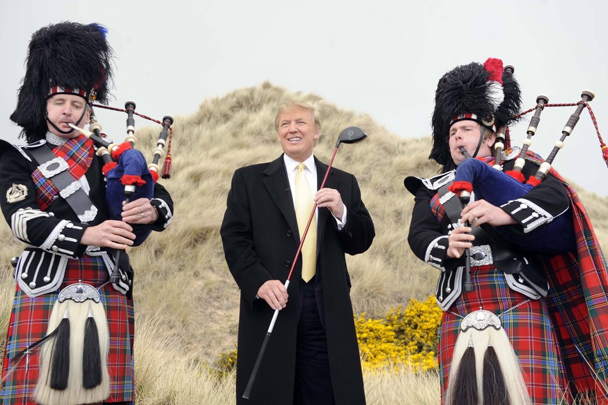 May 27, 2010 - Balmedie, Scotland, United Kingdom - DONALD TRUMP visits the Sand Dunes and the site of the Trump Golf Course development, Balmedie, Aberdeenshire with pipers. PUBLICATIONxINxGERxSUIxAUTxONLY - ZUMAts3_