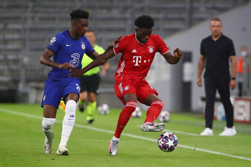Soccer Football - Champions League - Round of 16 Second Leg - Bayern Munich v Chelsea - Allianz Arena, Munich, Germany - August 8, 2020  Bayern Munich's Alphonso Davies in action with Chelsea's Callum Hudson-Odoi, as play resumes behind closed doors following the outbreak of the coronavirus disease (COVID-19)  REUTERS/Michael Dalder