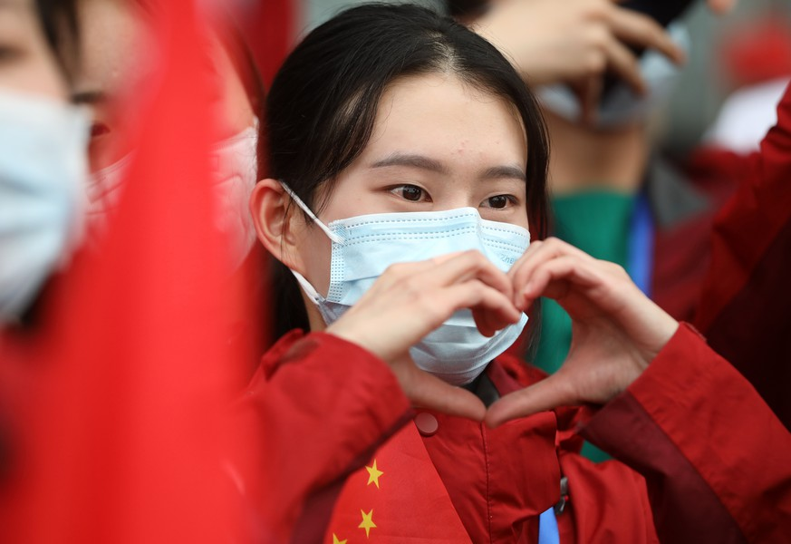 (200407) -- WUHAN, April 7, 2020 () -- A medical worker gestures to say goodbye to local residents at Wuhan Railway Station in Wuhan, central China's Hubei Province, April 7, 2020. The last batch of 186 medical workers from Hunan Province returned home on Tuesday after aiding the fight against the COVID-19 pandemic in central China's Hubei Province. (Photo by Zhao Jun/) |