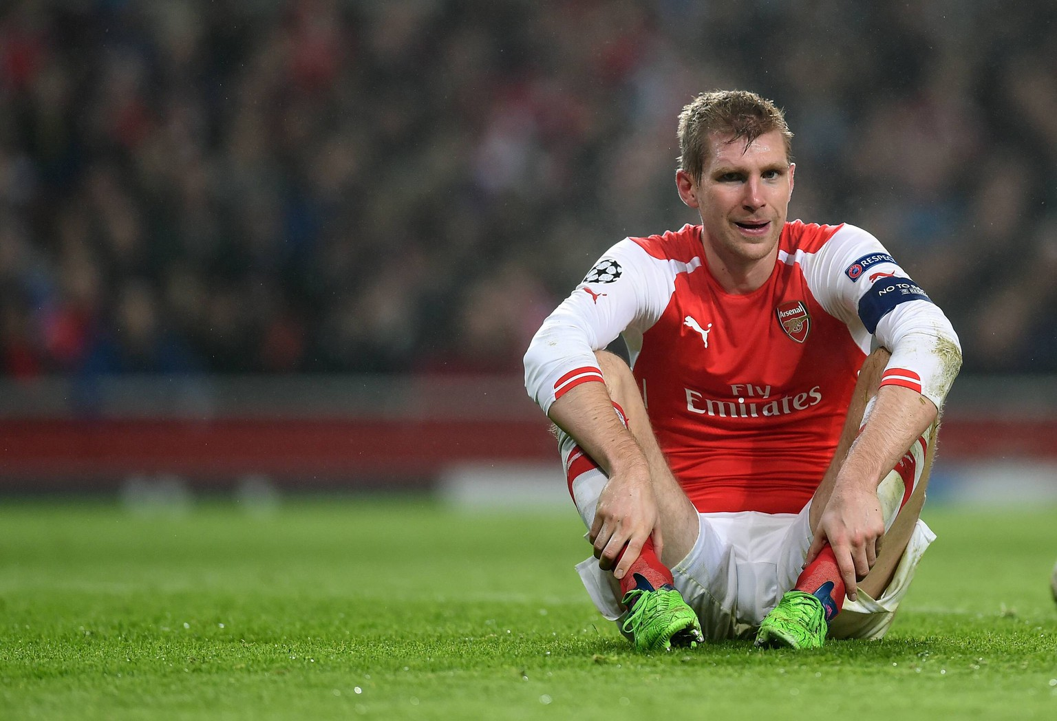 FUSSBALL CHAMPIONS LEAGUE SAISON 2014/2015 Vorrunde Arsenal London - Borussia Dortmund 26.11.2014 Per Mertesacker (Arsenal) sitz auf dem Rasen PUBLICATIONxNOTxINxAUTxSUIxITA