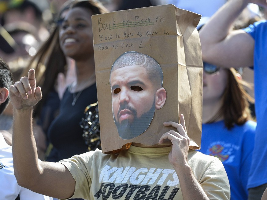 October 24, 2015 - Orlando, FL, U.S: UCF Knights fan wears a bag with a picture of Drake during 1st half NCAA College League USA football game action between the Houston Cougars and the UCF Knights at Bright House Networks Stadium in Orlando, Fl. Romeo T Guzman/CSM. NCAA Football 2015: Houston vs Central Florida OCT 24 PUBLICATIONxINxGERxSUIxAUTxONLY - ZUMAcg2_