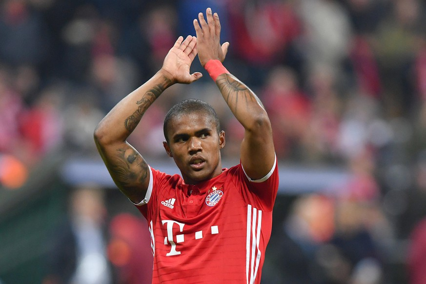 Douglas COSTA kehrts zum FC Bayern Muenchen zurueck. Archivfoto: Douglas COSTA Bayern Muenchen nach Spielende,Gestik,klatscht Applaus,Aktion, Einzelbild,angeschnittenes Einzelmotiv,Halbfigur,halbe Figur, FC Bayern Muenchen-PSV Eindhoven 4-1, Fussball Champions League Gruppenphase am 19.10.2016. A L L I A N Z A R E N A.  *** Douglas COSTA returns to FC Bayern Muenchen Archive photo Douglas COSTA Bayern Muenchen after the end of the game, gestures, applause, applause, action, single picture, cut single motif, half figure, half figure, FC Bayern Muenchen PSV Eindhoven 4 1, Football Champions League group stage on 19 10 2016 A L L I A N Z A R E N A
