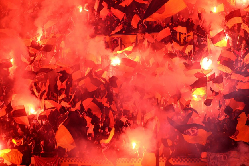 Sport Bilder des Tages Dresden Fans zuenden Pyro / Pyrotechnische Gegenstaende / Bengalos / Bengalische Feuer / Feuerwerkskoerper beim Spiel zwischen Hamburger SV und Dynamo Dresden , 11.02.2019. DFL REGULATIONS PROHIBIT ANY USE OF PHOTOGRAPHS AS IMAGE SEQUENCES AND/OR QUASI-VIDEO GER, Fussball, Bundesliga, Hamburger SV und Dynamo Dresden, 11.02.2019 Hamburg *** Dresden fans to watch pyro pyrotechnic items Bengalos Bengal fireworks fireworks during the match between Hamburger SV and Dynamo Dresden 11 02 2019 DFL REGULATIONS PROHIBIT ANY USE OF PHOTOGRAPHS AS IMAGE SEQUENCES AND OR QUASI VIDEO GER Football Bundesliga Hamburger SV and Dynamo Dresden 11 02 2019 Hamburg Copyright: xEIBNER/Selim_Sudheimerx EP_EER