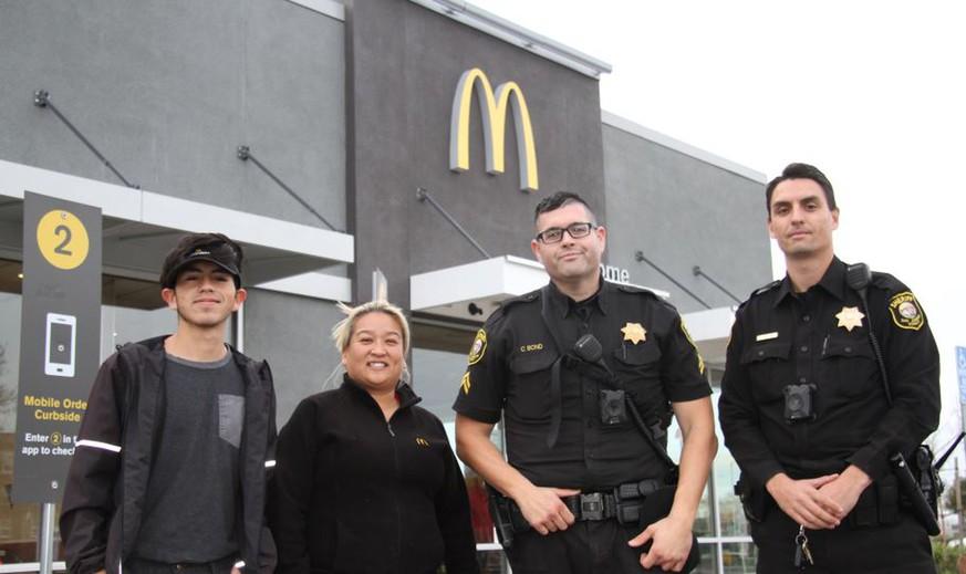 McDonald's: Frau bittet stumm um Hilfe - so reagieren die Mitarbeiter