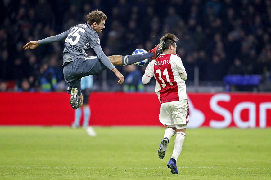 Sport Bilder des Tages AMSTERDAM, Ajax - Bayern Munchen, football, Champions League Season 2018/2019, 12-12-2018, Johan Cruijff Arena . Bayern Munchen player Thomas Muller (L) with an karate kick to Ajax player Nicolas Tagliafico (R) during the game Ajax - Bayern . Ajax - Bayern PUBLICATIONxNOTxINxNED x2685831x