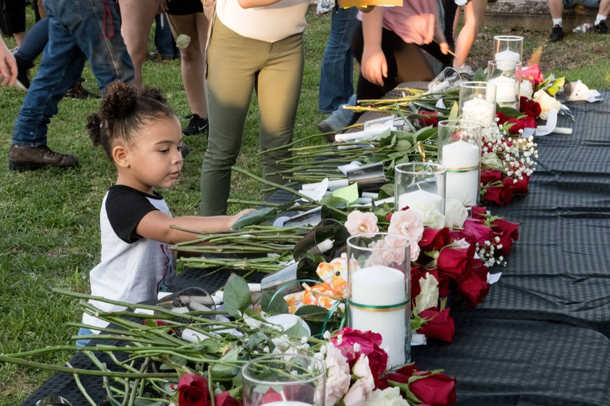 May 18, 2018 - Vigil held for victims of deadly shooting in Santa Fe Highschool, Texas PUBLICATIONxINxGERxSUIxAUTxONLY - ZUMAs198 20180518_zap_s198_042 Copyright: xCarolinaxSanchez-Mongex