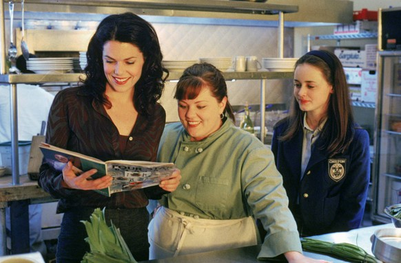 Film Stills from Gilmore Girls (Episode: The Deer Hunters) Lauren Graham, Melissa McCarthy, Alexis Bledel 2000 Photo Credit: Richard Foreman PUBLICATIONxINxGERxSUIxAUTxONLY 30846541