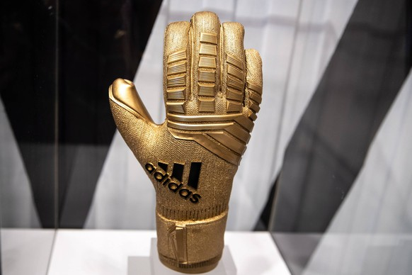 MOSCOW, RUSSIA - JUNE 5, 2018: The Adidas Golden Glove at an Adidas pop-up store opened ahead of the 2018 FIFA World Cup WM Weltmeisterschaft Fussball in Russia, at Moscow s TsUM Department Store. Sergei Bobylev/TASS PUBLICATIONxINxGERxAUTxONLY TS082A7B