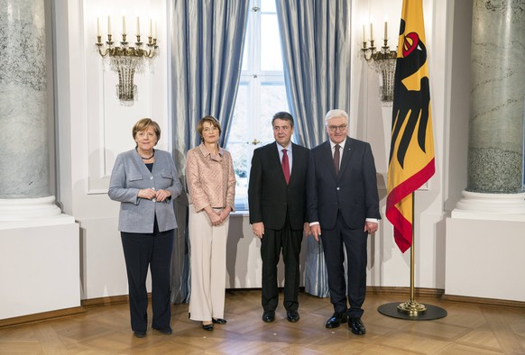 Bundespraesident Frank-Walter Steinmeier (R) und seine Frau Elke Buedenbender (2L) mit Bundeskanzlerin Angela Merkel (L) und Vizekanzler Sigmar Gabriel (2R) beim Neujahrsempfang des Bundespraesidenten im Schloss Bellevue in Berlin am 9. Januar 2018. Neujahrsempfang beim Bundespraesidenten in Berlin *** Federal Minister Frank Walter Steinmeier R and his wife Elke Buedenbender 2 L with German Chancellor Angela Merkel L and Vice Chancellor Sigmar Gabriel 2R at the new year reception of the President in the Schloss Bellevue in Berlin on 9 January 2018 new year s reception at the German President in Berlin