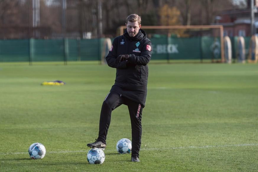 Training SV Werder Bremen im Bild Florian Kohfeldt Trainer SV Werder Bremen schaut auf die Uhr *** GER 1 FBL Training SV Werder Bremen
