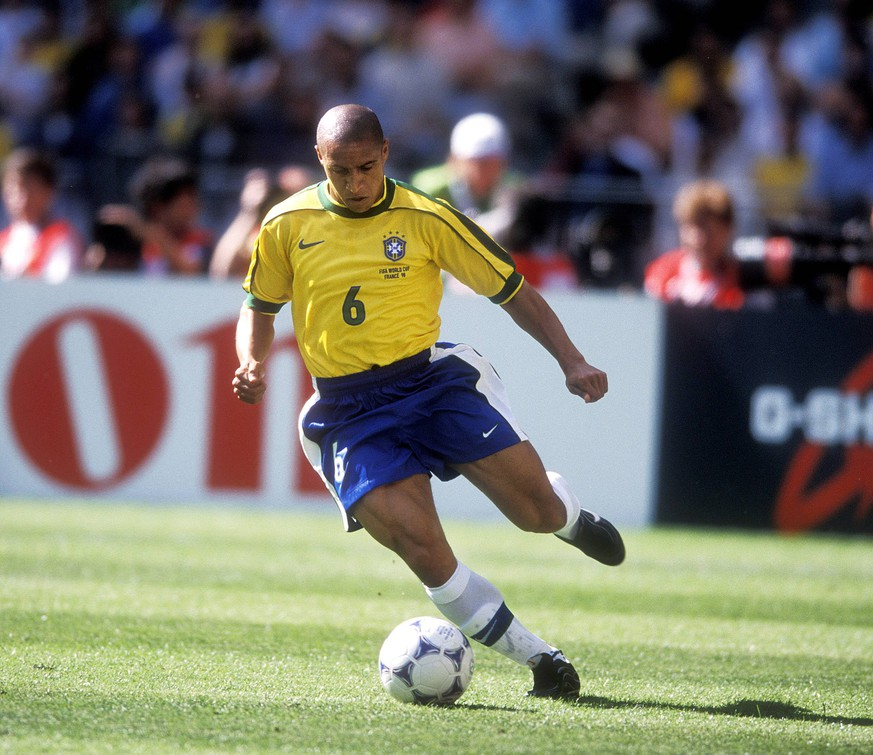 ROBERTO CARLOS Team Brasilien FIFA Fussball Weltmeisterschaften 1998 in Frankreich Brasilien-Schottland Spiel Brasilien-Schottland in Paris Stade de France Fussball am 12 Juni 1998 PUBLICATIONxINxGERxSUIxAUTxHUNxSWExNORxDENxFINxONLY