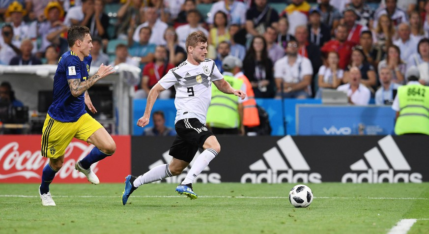 FUSSBALL WM 2018 Vorrunde Gruppe F ----- Deutschland - Schweden 23.06.2018 Timo Werner (re, Deutschland) gegen Victor Lindeloef (li, Schweden) *** FIFA World Cup 2018 Preliminary Round Group F Germany Sweden 23 06 2018 Timo Werner re Germany vs. Victor Lindeloef li Sweden PUBLICATIONxNOTxINxAUTxSUIxITA