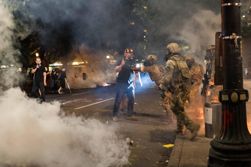 July 19, 2020, Portland, Oregon, U.S: July 18, 2020 CBP agents fire tear gas and push a protester at the Federal Courthouse in Portland, Oregon during another night of protests in the city. Portland U.S. - ZUMAl56_ 20200719_znp_l56_011 Copyright: xLesliexSpurlockx