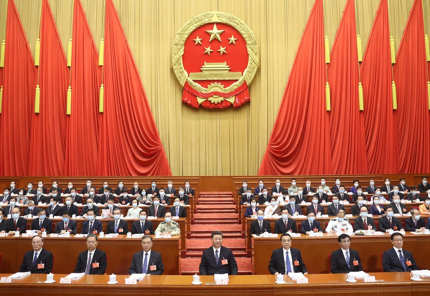 (200522) -- BEIJING, May 22, 2020 (Xinhua) -- The third session of the 13th National People's Congress (NPC) opens at the Great Hall of the People in Beijing, capital of China, May 22, 2020.   Leaders of the Communist Party of China (CPC) and the state Xi Jinping, Li Keqiang, Wang Yang, Wang Huning, Zhao Leji, Han Zheng and Wang Qishan on Friday attended the opening meeting of the third session of the 13th NPC, and Li Zhanshu presided over the meeting. (Xinhua/Ju Peng) | Keine Weitergabe an Wiederverkäufer.