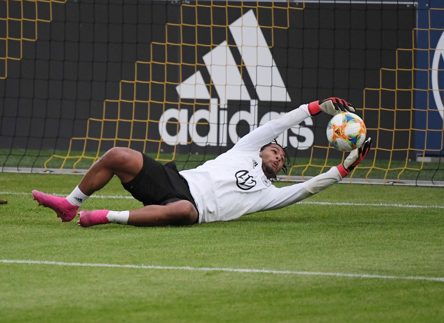 07.10.2019, Fussball, Training Deutsche Fussball Nationalmannschaft in Dortmund, Serge Gnabry Deutschland versuchte sich als Torwart  07 10 2019, Football, Training German National Football Team in Dortmund, Serge Gnabry Germany tried to be goalkeeper Team2