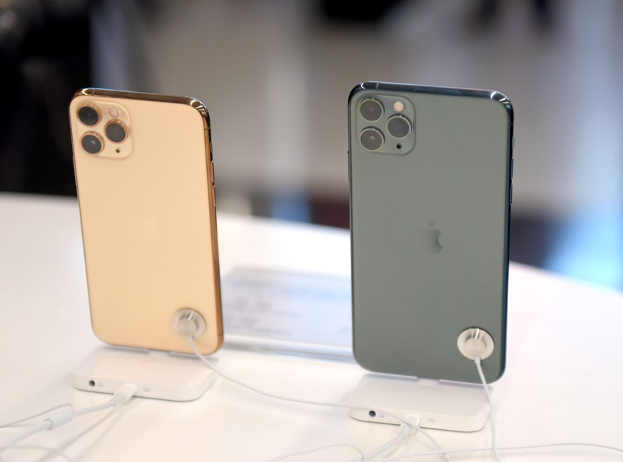 September 27, 2019, Kolkata, West Bengal, India: Apple iPhone11 is seen on display at South City Mall in Kolkata..Apple iPhone 11 smartphone officially launched in India. Kolkata India PUBLICATIONxINxGERxSUIxAUTxONLY - ZUMAs197 20190927zabs197011 Copyright: xAvishekxDasx