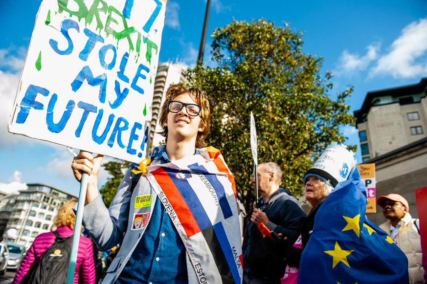 October 19, 2019, London, Greater London, United Kingdom: A man is seen holding an Anti Brexit placard during the demonstration..A few days before the Brexit becomes a reality, one of the biggest public protests in British history took place in London. More than a million people participated in mass outside parliament to deliver a message loud and clear to the Government and MPs that they should trust the people, not Boris Johnson, to solve the Brexit crisis. At the Parliament Square, speeches were given from leading cross-party politicians and celebrity voices who support a Peoples Vote. London United Kingdom PUBLICATIONxINxGERxSUIxAUTxONLY - ZUMAs197 20191019zaas197091 Copyright: xAnaxFernandezx