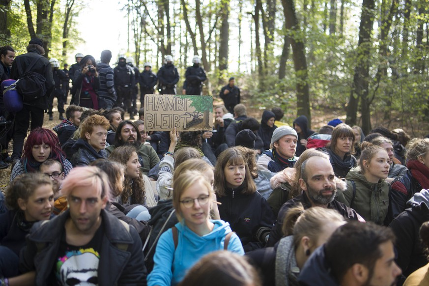 September 29, 2018 - Kerpen, Nordrhein-Westfalen, Germany - Eviction of the occupation of the Hambacher Forst at 28th september 2018 Kerpen Germany PUBLICATIONxINxGERxSUIxAUTxONLY - ZUMAg237 20180929_zap_g237_014 Copyright: xJannisxGrossex