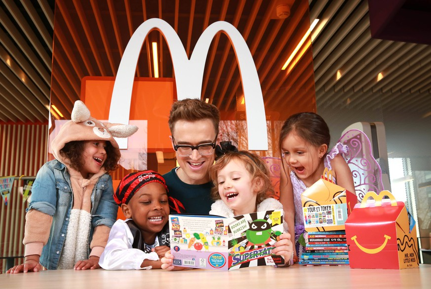 World Book Day EDITORIAL USE ONLY Children s author and musician Tom Fletcher reads to left to right four year olds Pearl Prasad, Zane-Ellis Yeboah, Maisie Patey, and five year old Alexandra Ancharaz, as he is unveiled as the new McDonald s Happy Readers Ambassador to celebrate World Book Day, London. PA Photo. Issue date: Tuesday March 3, 2020. Since the beginning of February, the Happy Meal box in the UK and Ireland has included a free book token from World Book Day, giving millions of families access to one of 12 free books from booksellers across the country through the Happy Readers scheme. Photo credit should read: Matt Alexander/PA Wire EDITORIAL USE ONLY PUBLICATIONxINxGERxSUIxAUTxONLY Copyright: xMattxAlexanderx 51105411