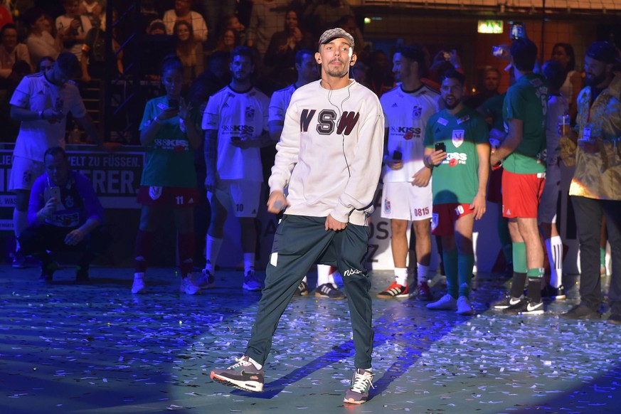 11.Kiss Cup Capital Bra, Rapper, buergerlich Vladislav Balovatsky KISS CUP 2018, Promis, Sportler, Musiker und Influencer kicken fuer den guten Zweck in der Max-Schmeling-Halle in Berlin am 02.10.2018 *** 11 KISS CUP 2018 Celebrities Sportsmen Musicians and influencers kick for a good cause in the Max Schmeling Halle in Berlin on 02 10 2018