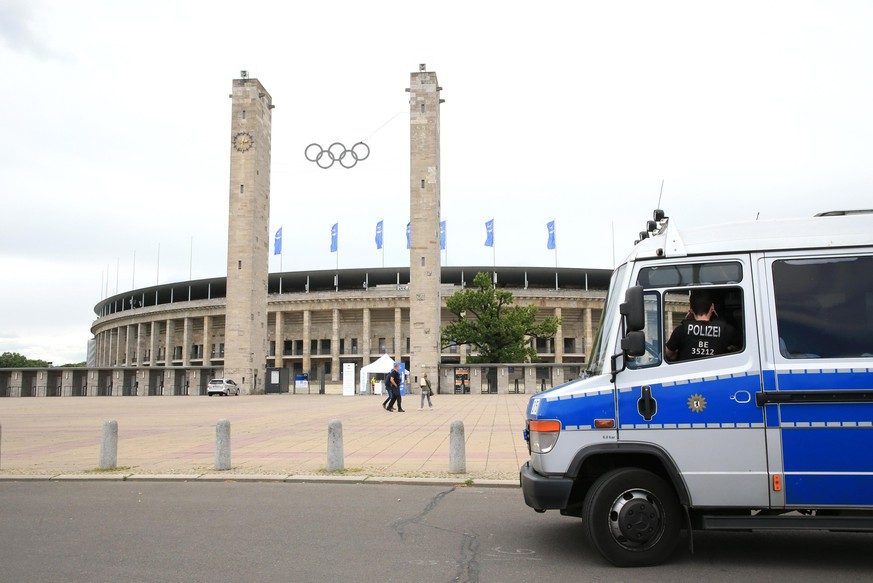 30.05.2020, OLympiastadion, Berlin, GER, OLympiastadion, DFL, 1.FBL, Hertha BSC VS. FC Augsburg, DFL regulations prohibit any use of photographs as image sequences and/or quasi-video im Bild OLympiastadion von Aussen, leerer Parkplatz, ein einsames Polizeifahrzeug Foto © nordphoto / Engler *** Local Caption ***