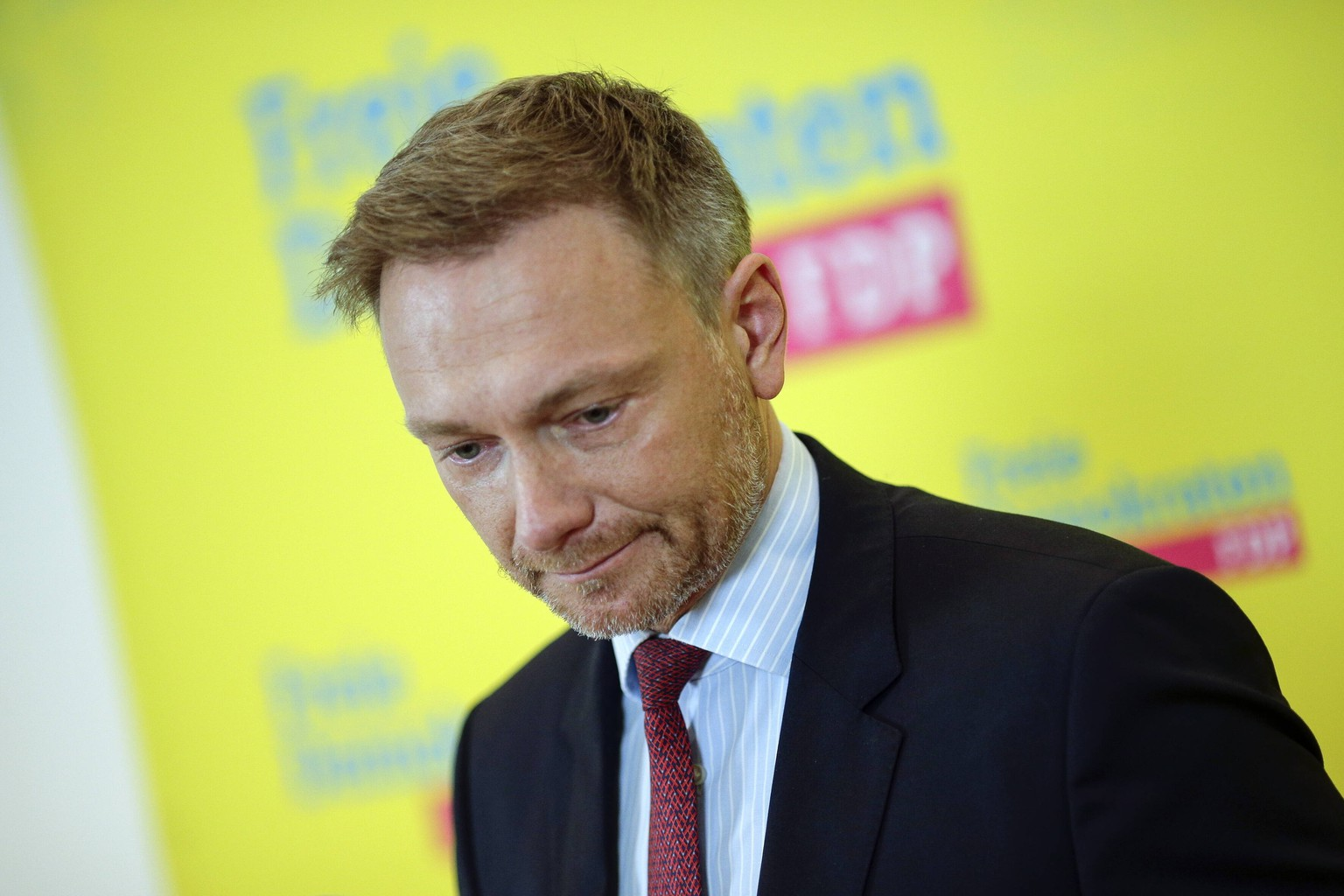 10.02.2020, Berlin, Deutschland - Pressestatement von FDP-Chef Christian Lindner zum AKK-Rueckzug. Foto: Christian Lindner, FDP-Bundesvorsitzender, bei einem Pressestatement vor Medienvertretern, in der FDP-Parteizentrale in Berlin. *** 10 02 2020, Berlin, Germany Press statement by FDP leader Christian Lindner on the AKK retreat Photo Christian Lindner, FDP national leader, at a press statement in front of media representatives, at the FDP party headquarters in Berlin