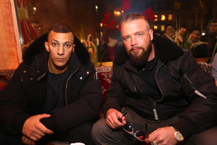 Im Bild: Kollegah und Farid Bang bei einer Autogrammstunde nach ihrem abgesagten Konzert in Dresden Dresden - Trotz abgesagtem Konzert: Kollegah und Farid Bang kommen nach Dresden *** In the picture Kollegah and Farid Bang at an autograph session after their canceled concert in Dresden Dresden Despite a canceled concert Kollegah and Farid Bang are coming to Dresden xcex