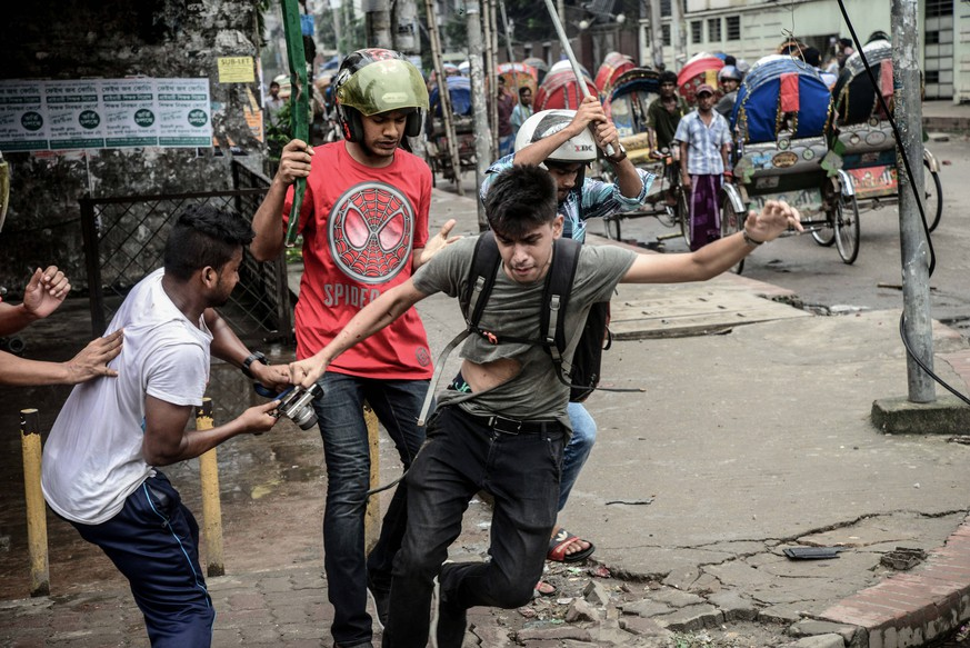 Bilder des Tages News August 5, 2018 - Dhaka, Bangladesh - A photographer is targeted during a student protest following the deaths of two college students in a road accident. Bangladesh Prime Minister Hasina urged students to go home, and police fired tear gas during an eighth day of unprecedented protests over road safety which have paralysed parts of Dhaka. Dhaka Bangladesh PUBLICATIONxINxGERxSUIxAUTxONLY - ZUMAn230 20180805_zaa_n230_128 Copyright: xStrx