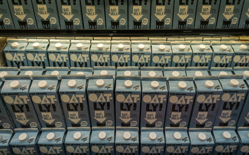Plant-based milk in the supermarket in New York Containers of Oatly! brand oat-milk in a plant-based milk cooler in a supermarket in New York on Thursday, May 2, 2019. ( PUBLICATIONxNOTxINxUSAxUK RichardxB.xLevine