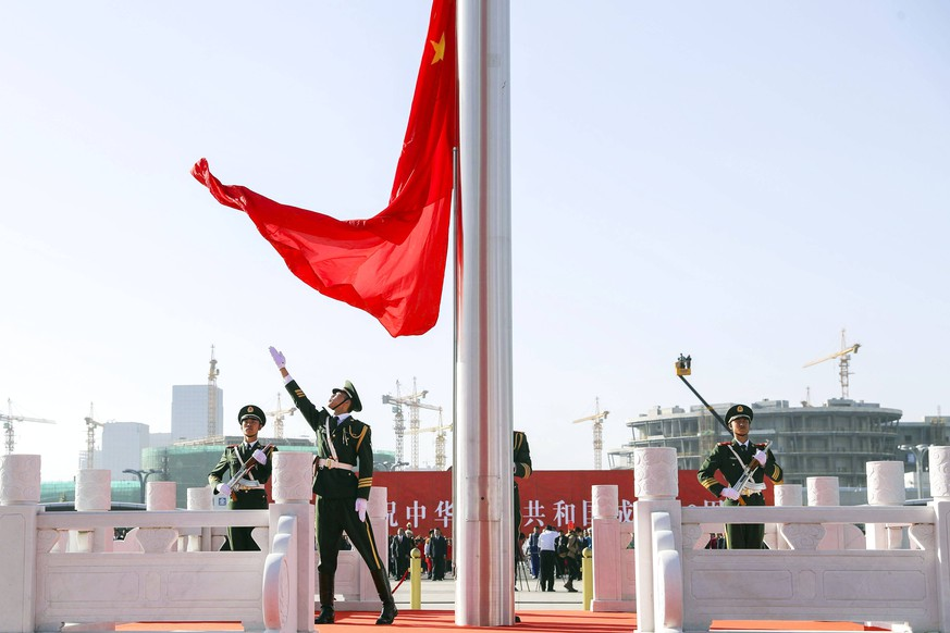 (181001) -- URUMQI, Oct. 1, 2018 () -- A national flag raising ceremony is held at the Xinjiang International Convention and Exhibition Center in Urumqi, northwest China s Xinjiang Uygur Autonomous Region, on Oct. 1, 2018, the National Day, to celebrate the 69th anniversary of the founding of the People s Republic of China. () (yxb) CHINA-NATIONAL DAY-FLAG-RAISING CEREMONY (CN) Xinhua PUBLICATIONxNOTxINxCHN