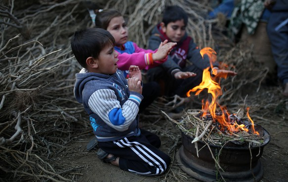 January 8, 2019 - Gaza, Palestine Territories, Palestine - Palestinian children sit together around a fire as they seek shelter from the cold, in a poor neighbourhood in Beit Lahia in the northern of Gaza Strip Tuesday, Jan. 8, 2019. Gaza Palestine PUBLICATIONxINxGERxSUIxAUTxONLY - ZUMAn230 20190108_zaa_n230_191 Copyright: xMajdixFathix