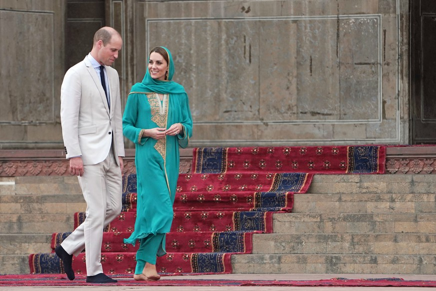 LAHORE, PAKISTAN - OCTOBER 17:  Prince William, Duke of Cambridge and Catherine, Duchess of Cambridge visit Badshahi Mosque during their royal tour of Pakistan on October 17, 2019 in Lahore, Pakistan. (Photo by Owen Humphreys - Pool/Getty Images)