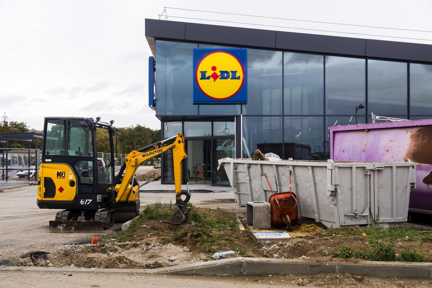 Guitrancourt, France October 4, 2019 - Supermarket under construction of German discount grocery chain Lidl LIDL, ECONOMIE, ENTREPRISE, LOGO, ILLUSTRATION, ILLUSTRATIF, GENERIQUE, GRANDE DISTRIBUTION, ENSEIGNE, HARD DISCOUNT, DISTRIBUTEURS, CHANTIER, CONSTRUCTION, IMPLANTATION, PRIX, CONSOMMATION, NOUVEAU MAGASIN, SUPERMARCHE, POUVOIR D ACHAT, CHAINE DE MAGASINS, DEVELOPPEMENT, EXPANSION, PUBLICATIONxNOTxINxFRA Copyright: xVincentxIsorex