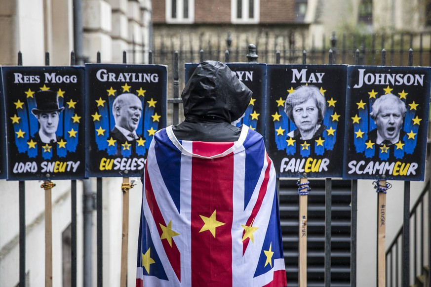 News Bilder des Tages April 2, 2019 - London, London, UK - London, UK. An anti-Brexit protester opposite Parliament as rain falls over London. Prime Minister Theresa May is chairing a Cabinet meeting to try and agree a path forward with ministers after MPs voted to reject all alternatives to the Withdrawal Agreement for a second time. London UK PUBLICATIONxINxGERxSUIxAUTxONLY - ZUMAl94_ 20190402_zaf_l94_036 Copyright: xRobxPinneyx