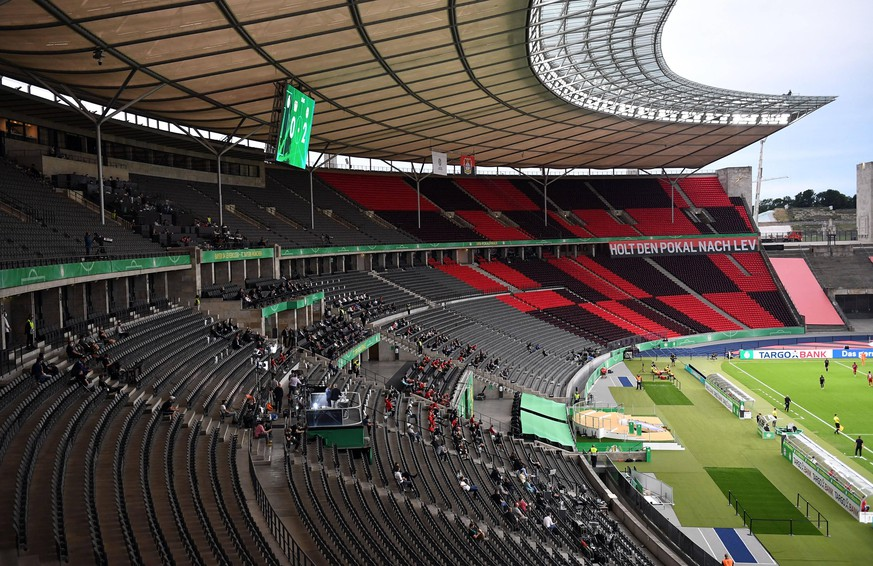 DFB-Pokal-Finale 2020 Bayer 04 Leverkusen - Bayern München v. l. Stadionansicht Innenraum, Tribuene Uebersicht Fussball, Herren, Saison 2019/2020, 77. Finale um den DFB-Pokal in Berlin, Bayer 04 Leverkusen - FC Bayern München, 04.07. 2020, Foto: Matthias Koch/POOL DFL REGULATIONS PROHIBIT ANY USE OF PHOTOGRAPHS as IMAGE SEQUENCES and/or QUASI-VIDEO. EDITORIAL USE ONLY. Berlin Olympiastadion Berlin Deutschland *** DFB Cup Final 2020 Bayer 04 Leverkusen Bayern Munich v l stadium view interior, stands overview football, men, season 2019 2020, 77 final for the DFB Cup in Berlin, Bayer 04 Leverkusen FC Bayern Munich, 04 07 2020, photo Matthias Koch POOL Berlin Olympiastadion Berlin Germany Poolfoto Matthias Koch/POOL ,EDITORIAL USE ONLY