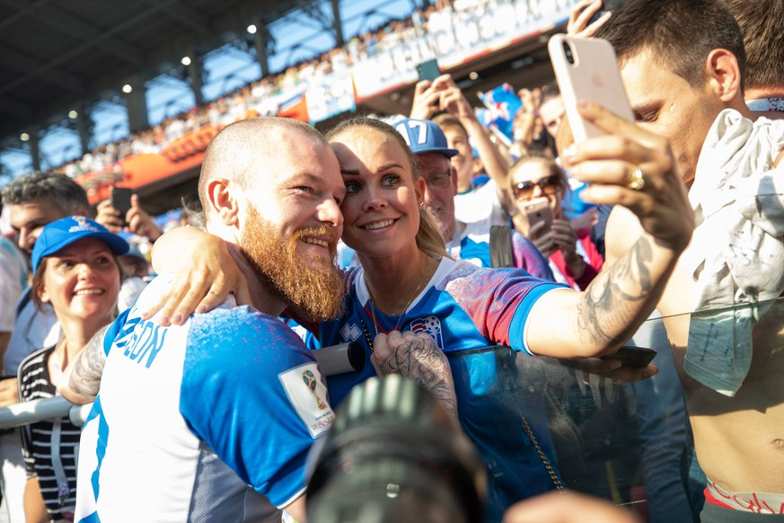 Argentina vs Iceland MOSCOU, MO - 16.06.2018: ARGENTINA VS ICELAND - Aron Gunnarsson of Iceland takes photo with his wife after match match between Argentina and Iceland valid for the first round of Group D of the 2018 World Cup held at the Otkrytie Arena in Moscow, Russia. (Photo: Marcelo Machado de Melo/Fotoarena) x1551168x PUBLICATIONxNOTxINxBRA MarceloxMachadoxdexMelo