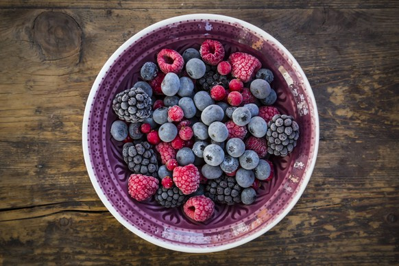 Bowl of deep frozen red currents, rapsberries and blackberries PUBLICATIONxINxGERxSUIxAUTxHUNxONLY LVF06594