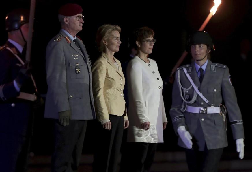 Großer Zapfenstreich: Bundeswehr verabschiedet von der Leyen – und wird verspottet