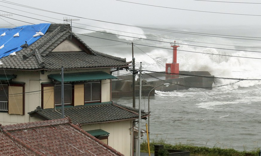 Powerful typhoon in Japan High waves pound the coast of Tateyama, Chiba Prefecture, eastern Japan, on Oct. 12, 2019, ahead of the arrival of Typhoon Hagibis. PUBLICATIONxINxGERxSUIxAUTxHUNxONLY