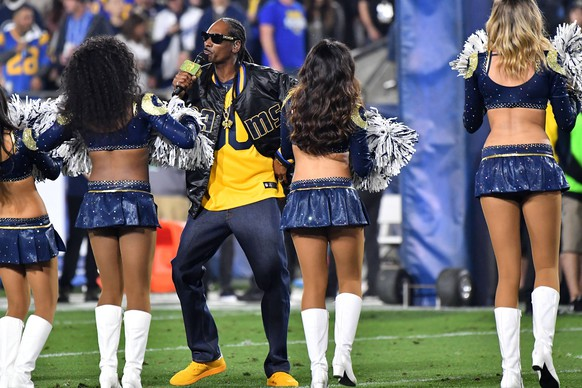 January 6, 2018 Los Angeles, CA..Entertainer Snoop Dogg performs at halftime with the Los Angeles Rams Cheerleaders perform during the NFL Wild Card Playoff football game against the Atlanta Falcons at the Los Angeles Memorial Coliseum in Los Angeles, California..Mandatory Photo Credit: /CSM Los Angeles U.S. PUBLICATIONxINxGERxSUIxAUTxONLY - ZUMAcl1_ 31991337sp Copyright: xLouisxLopezx