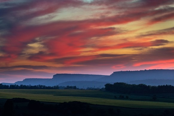 CRIMEA, RUSSIA - MAY 18, 2018: A sunset view of the vicinity of the villages of Klinovka and Konstantinovka in the Simferopol District, Crimea. Sergei Malgavko/TASS PUBLICATIONxINxGERxAUTxONLY TS08038C
