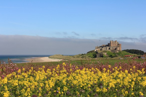 This picture shows a general view of the Bamburgh Castle in Bamburgh, United Kingdom on June 27, 2018. Parts of the UK continue to bask in heatwave weather with the hottest temperatures of the year recorded this afternoon, 89F (31.9C) reached in Portmadog in Wales. Meanwhile 88F (30.8C) was recorded in Northern Ireland, making today the hottest day in the country s history., Bamburgh England United Kingdom PUBLICATIONxINxGERxSUIxAUTxONLY Copyright: DavidxWhinhamx CSK-33065406