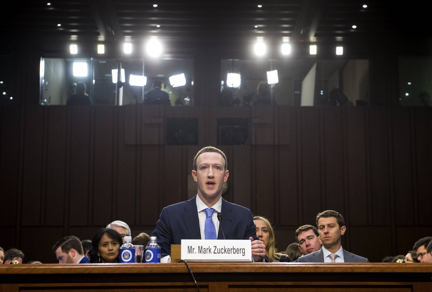 Bilder des Tages Facebook CEO Mark Zuckerberg testifies during a Joint Senate Judiciary and Commerce Committee hearing on Facebook, social media privacy, and the use and abuse of data, on Capitol Hill in Washington, D.C. on April 10, 2018. PUBLICATIONxINxGERxSUIxAUTxHUNxONLY WAP20180410316 KEVINxDIETSCH