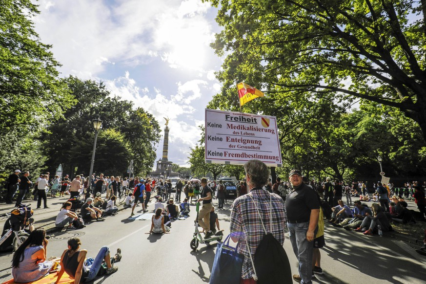 Demonstranten verschiedener Gruppierungen wie etwa der Initiative Querdenken 711 protestierten mit einer Großdemonstration gegen die bestehenden Maßnahmen zur Eindämmung der Corona-Pandemie. Wegen Nichteinhaltung der polizeilichen Auflagen wurde die Demonstration durch die Polizei beendet. Berlin, 29.08.2020 *** Demonstrators from various groups such as the Querdenken 711 initiative protested with a large demonstration against the existing measures to contain the corona pandemic The demonstration was stopped by the police because of non-compliance with police regulations Berlin, 29 08 2020 Foto:xP.xGrafx/xFuturexImage
