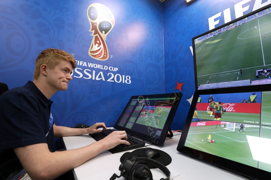 MOSCOW REGION, RUSSIA - JUNE 9, 2018: The FIFA VAR room in the 2018 World Cup International Broadcast Center (IBC) in the Crocus Expo International Exhibition Centre ahead of the upcoming FIFA World Cup Russia 2018. Mikhail Japaridze/TASS Foto: Mikhail Japaridze/TASS/dpa |