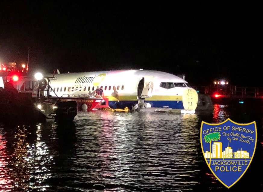 A Boeing 737 is seen in the St. Johns River in Jacksonville, Florida, U.S. May 3, 2019 in this picture obtained from social media. JACKSONVILLE SHERIFF'S OFFICE /via REUTERS THIS IMAGE HAS BEEN SUPPLIED BY A THIRD PARTY. MANDATORY CREDIT. NO RESALES. NO ARCHIVES.