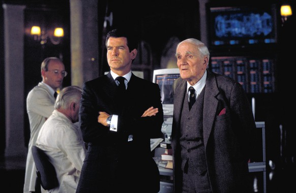 Bildnummer: 55176499  Datum: 19.11.1999  Copyright: imago/EntertainmentPictures1999 - The World Is Not Enough - Movie Set Nov 19, 1999; London, England, UK; Actor PIERCE BROSNAN stars as James Bond 007 and DESMOND LLEWELYN as Q in the Michael Apted directed action adventure movie, The World Is Not Enough. !ACHTUNG NUTZUNG NUR BEI FILMTITEL-NENNUNG! PUBLICATIONxINxGERxONLY People Entertainment Film kbdig 1999 quer Bildnummer 55176499 Date 19 11 1999 Copyright Imago EntertainmentPictures 1999 The World IS Not Enough Movie Set Nov 19 1999 London England UK Actor Pierce Brosnan Stars As James Bond 007 and Desmond Llewelyn As Q in The Michael Apted Directed Action Adventure Movie The World IS Not Enough Regard Use only at FILMTITEL ANSWER PUBLICATIONxINxGERxONLY Celebrities Entertainment Film Kbdig 1999 horizontal