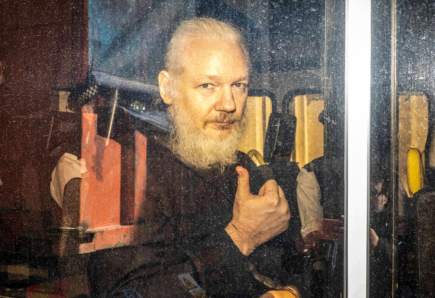 April 11, 2019 - London, London, UK - London, UK. Wikileaks founder Julian Assange arrives at Westminster Magistrates Court in a police escort to appear where he faces an extradition warrant. London UK PUBLICATIONxINxGERxSUIxAUTxONLY - ZUMAl94_ 20190411_zaf_l94_039 Copyright: xRobxPinneyx